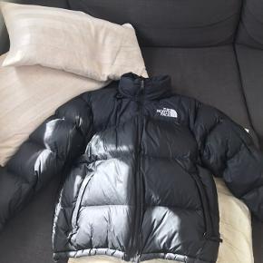 Super fed vinterjakke, med lille indbygget hætte, som kan gemmes væk