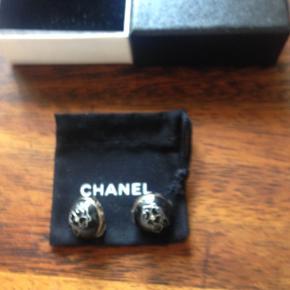 Chanel øreclips sort med Camelia blomst logo på siden Brug få gange .1700 kr.+ porto