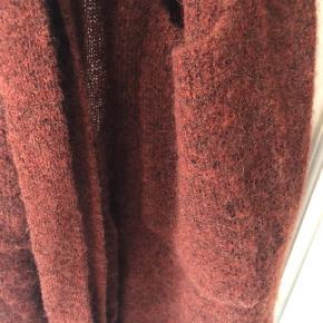 Velholdt taget i betragtning af den er brugt. Skøn varm. 34% mohair, 34 % uld og 27 % nylon.