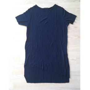 Fin navy lang top / kort kjole i tynd og blød ribkvalitet fra Zara. Viscose og elastan. Med korte ærmer og assymmetrisk snit forneden foran. Fin til sommer. Kan afhentes i Ikast eller sendes.