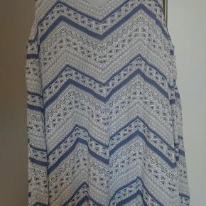 Str. 46/48. Mærke Adia. Farver er hvis og støvet blå. Meget behagelig kjole med bomuldsfoer, så den ikke er transparent. Sælges pga vægttab.