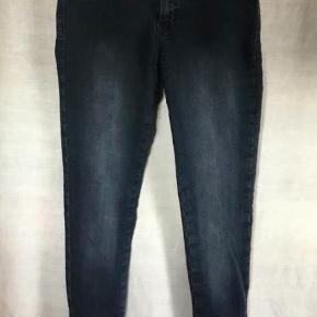 Slim fit jeans med masser af stretch fra Soyaconcept. To pynte-lommer med lynlås foran.  To dobbelte baglommer bagpå = 4 lommer. Lynlås forneden ved anklerne.  Vaskemærket klippet ud og knappen været revet af - ny syet på. Brugt få gange. Jeans - slim fit Farve: Blå Oprindelig købspris: 600 kr. Sender gerne på købers regning : DAO 39.-