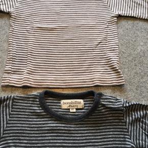 To søde bluser fra BombiBit  i str 80 - den ene har lysegrå og mørkegrå striber og den anden har lyserøde og brune striber. Begge bluser har knaplukning på venstre skulder. Pris pr stk 20  plus Porto