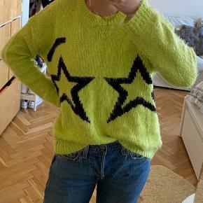 Neon gul / grøn fuzzy blød sweater med to stjerner fra Topshop   Str 36 / small  I fin stand  BYD endelig :D