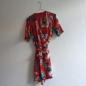 Smuk rød kjole med blomster og træer på. Kan ikke huske nypris desværre. Brugt 4-5 gange. Prisen kan forhandles! Skriv for flere billeder