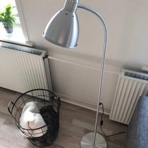 Gulvlampe fra Ikea. Højden måler 120-145 alt efter hvordan pæren skal hænge :)  Den virker upåklageligt :)