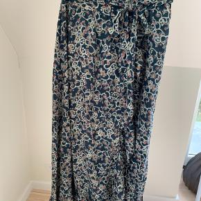 Skøn slå-om nederdel fra Isabel Marant Etoile. Smukt print i farverne blå, rød, creme og grå. Fransk str. 38, der passer en normal str. 38. Brugt en enkelt gang, men fremstår uden tegn på brug.