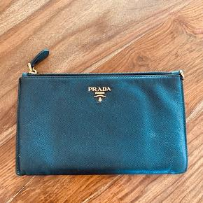 4 år gammel Prada pung sælges. Ca. 20,5 x 12,5 cm og i Saffianolæder. Købt for 3000. Sælges for 1000. Har ikke længere kvittering. Bytter ikke.