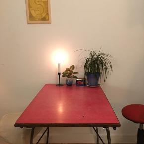 Fint lille rødt vintage campingbord fra 60'erne. Står originalt med rød linoleumsplade og med teaktræsliste.  Benene kan klappes ind.  Har er lille afslag på listen. Se sidste billede.  B: 60   L: 90  H: 72    Teak  Bord  Klapbord  Camping