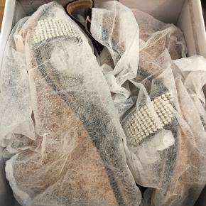 Helt nye wedge sandaler med bling og smart luk så man ikke skal bruge tid på spændet  Np 250 sælges for kun 100 plus Porto/gebyr