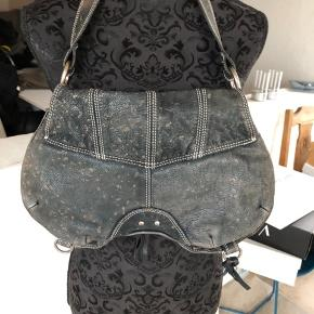 Anderledes cool italiensk håndtaske fra C'N'C CoSTUME NATIONAL i læder. Læderet er speciel præget, så den får et helt specielt look. Den har en masse fine detaljer.