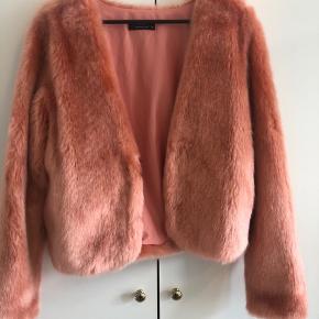 Modstrøm faux fur / pels i orange / koral agtigt farve. Aldrig brugt  Samme facon som meotine