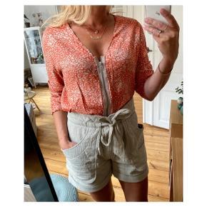 Fin lille tynd jakke cardigan  Se også mine andre annoncer eller følg mig på Instagram @2nd_love_preowned_fashion