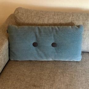 Sofapude i flot lyseblå farve med knapper i lysegrøn og mørkeblå.  Puden måler 70*35 cm.  Nypris ca 800kr.   Se også min annonce for den orange Hay pude. Sælger begge til en samlet pris på 500kr.