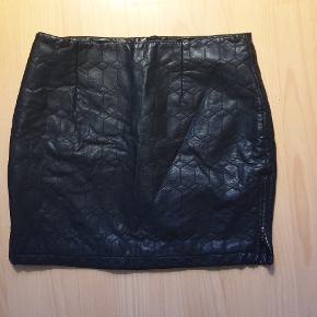 Læder look nederdel med lynlåse i begge sider. S/m