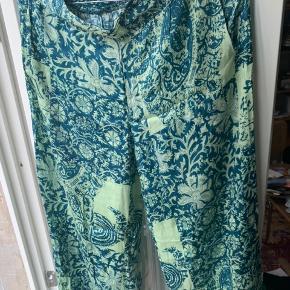 Smukke, bløde, lette bukser. Aldrig brugt. Passer også en S.