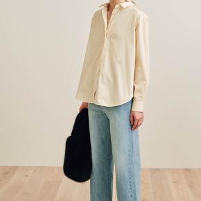 Toteme capri skjorte i farven chamomile, str S. Mener den kostede 1600 fra ny, kun brugt et par gange og været til rens 1 gang. De sidste to billeder har jeg den selv på