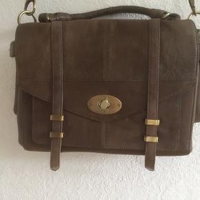 Flot nougatfarvet, rummelig Onstage  taske. For som nyt. H:27 cm. B:33.