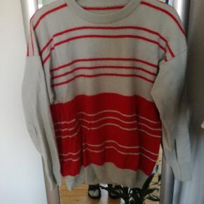 Lækker sweater, størrelsen står ikke i men jeg vurdere den til at være en s-m.  Giv et bud eller skriv for pris.  Kig også gerne i andre annoncer, mængderabat gives. Sendes gerne, køber betaler porto 😊