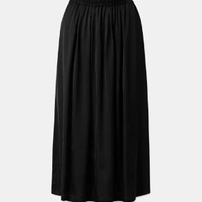 Doma Skirt Black sælges.  Bytter ikke.