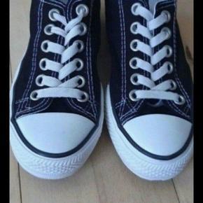 Næsten som nye fede Converse All star sko.   Kig endelig forbi mine andre annoncer   Kan hentes på Amager eller sendes mod betaling