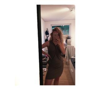 Brun kjole fra Day med detaljer på brystet. Den er i størrelse L og er aldrig brugt.  Nypris: 1200kr