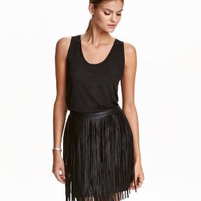 H&M nederdel med frynser i rigtig Charleston stil. Billedet af pigen er ikke den samme nederdel men det er mere for at vise stilen. Den har været brugt mindre end 5 gange. Den er fra afdelingen Moden Classic og har elastik i livet. Den passer M