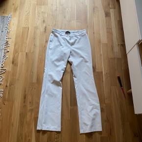 Hvide neo noir bukser uden lommer. I fin stand, næsten ikke brugt, da de var lidt for store