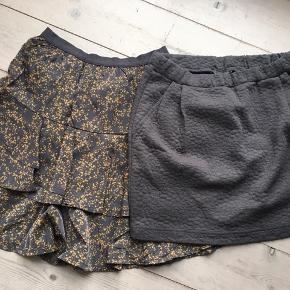 Begge nederdele er brugt 1-2 gange.   Pris pr. Stk 45 kr. Prisen er fast.   OBS NEDERDELEN MED DE GULE BLOMSTER ER SOLGT  Jeg bytter ikke