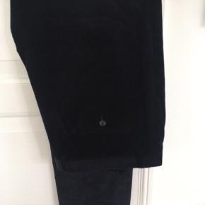 jakkesæt smal-riflet fløjl, Hugo Boss, str. XL, Mørk blå , Cotton med 2 % elastan, Næsten som ny  Flot dyb mørkeblå jakke og bukser fra Hugo Boss i str. 54. Aldrig brugt, da jeg ikke kan passe det. Meget behagelig blød kvalitet med 2 % stretch. Svært at tage foto af den flotte farve, men meget mørk dyb blå. Kan afhentes i København eller Holte