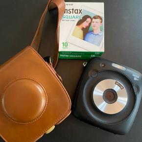 Portræt eller landskab? Gør det kvadratisk. Med Fujifilm Instax Square SQ10 hybridkameraet bliver dine dyrebare mindre udskrevet øjeblikkeligt i et kunstnerisk kvadratisk format, klar til at blive værdsat. Og du kan også gemme digitale kopier, du let kan dele med familie og venner.  Instax udskrivning Kameraet bruger Instax blækpapirteknologi for næsten øjeblikkelig fotoudskrivning. Instax papiret bruger indlejrede blækkrystaller og kræver ikke en separat blækpatron. Billederne tager cirka 90 sekunder fra de er taget til de er fuldt udviklet. Et beskyttende lag holder billederne fri for plamager.  Kvadratisk format Ingen grund til at beslutte, om du vil tage et billede i landskabsformat eller portrætformat. Instax Square tager billeder i kvadratisk format – ideelt til kollager, fotobøger, klistermærker eller lignende. Det printede område er 62x62 mm, og papirstørrelsen er 72x86 mm.  Digitale billeder Kamerasensoren har 3,6 megapixel opløsning (1920x1920 pixel) og giver dig mulighed for at gemme digitale kopier af de billeder, du tager, enten i kameraets interne hukommelse med plads til cirka 50 billeder eller på et Micro SD hukommelseskort (ikke inkluderet). Og du kan endda overføre og printe billeder fra et andet kamera på hukommelseskortet.  Filtrer og justeringer Justér billedets klarhed, brug farvefiltre, tilføj sjove vignetter og mere – enten før billedet printes eller i deres digitale form bagefter.  Der medfølger taske og billedet