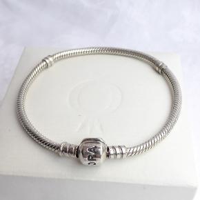 925 sølv armbånd fra Pandora med kuglelås. Den fulde længde inkl. lås er 18,5 cm.  Handler også gerne via mobilepay.  Se også mine andre annoncer med Pandora led / charms og andre smykker 🦋