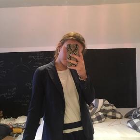 Super fin, mørkeblå blazer fra Amisu. Aldrig brugt.