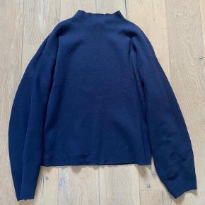 Lækker, højhalset sweater fra H&M. Brugt få gange og fejler intet. 💕