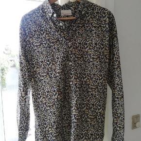Blomstrede skjorte fra Knowledge Cotton Apparel. Brugt 1 gang.  Nypris: 850 kr