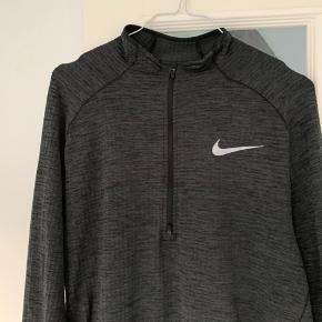 Nike Running Dri Fit langærmet løbetrøje/t-shirt til mænd. Str. L.  Nypris - 700 kr.   Kun brugt en enkelt gang - og fremstår som ny!