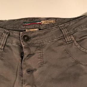 Varetype: Jeans Farve: Khaki Oprindelig købspris: 1399 kr.  Sælger disse klassiske jeans fra Please, i str. M :-)  Brugt meget minimalt :-)