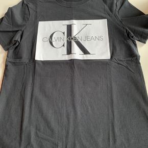 Spritny t-shirt fra Calvin Klein, er desværre købt for lille 😔 Kom med et bud