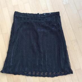 Varetype: Nederdel Farve: Sort  Så flot nederdel i to lag....... Glat stof som glider så fint på huden og hæklet overlag....... Så flot til fest.  Sælges pga vægttab