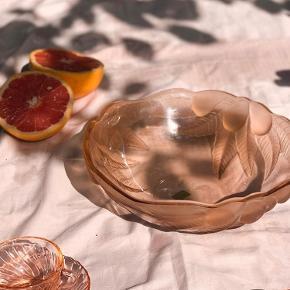 FOR SALE  Hvem ville du have med på den her picnic?   Ferskenfarvet serveringsskål fra luminarc. Med matteret drue dekorering 🍇   TIL SALG: 120kr   Følg med på Instagram : limite_cph