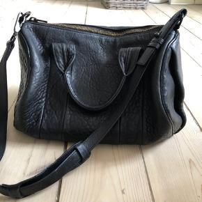 Jeg sælger min Alexander Wang Rocco Bag, som står rigtig pæn. Tasken har en smule slitage i kanter - primært under tasken, men ikke noget, man umiddelbart bemærker. Skriv endelig for flere billeder :-)