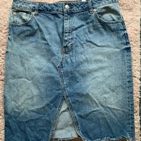Denim nederdel, brugt et par gange. Ingen fejl eller mangler.  Str 44.