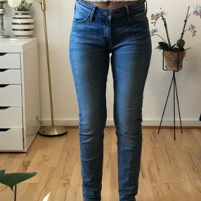 Flotte jeans fra Lee. Der står ikke størrelse på, men passer snildt en både 34/36:) Jeg er selv en 36.   De sidder flot i taljen.