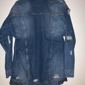 Denim jakke i slidt look. Oversize - så stor i størrelsen. Stort set ny.