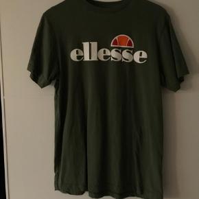 Varetype: T-shirt Farve: Grøn  En str. 10, som ca. svarer til M-L. Købt i Urban Outfitters - byd!