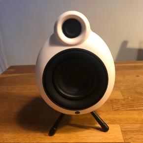 Denne lækre, hvide Micropod Bluetooth højtaler er aldrig brugt.  Sorte ben, ledninger og brugsvejledning følger med.  Super kvalitet og lyd.