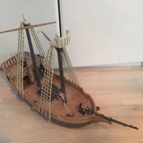 Playmobil piratskib - har set bedre dage og der er ingen sejl. Men når man har været på togt så bliver skibet altså også slidt - så der er masser af go leg i skibet endnu 👍🏻