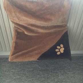Tilbehør til kat. 2 kattesenge til salg. En til at hænge på radiator og en der kan hænges på vindue, som giver katten en smuk udsigt til alle sider.  Prisen er for begge senge.  Bud er også velkomne.  Ved interesse skriv gerne en besked.  Kan også medbringes til Aalborg.