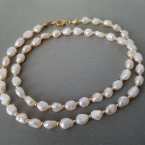Håndlavet halskæde Materiale: smuk naturlige ferskvandsperle og miyuki perler i fint farve Længde: 40cm ( kan lave også som du ønsker) armbånd: 135kr, 17cm  ( kan lave også som du ønsker) Kan sendes med Postnord som brev til 10kr på eget ansvar