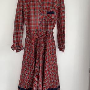 Super fin retro ternet kjole med lange ærmer og binde bælte, fra C&A. Nederdelen har stor vidde og er forret. Kjolen er i særdeles fin stand, bare lidt krøllet. str. 40. Længde 113 cm og brystomkreds 96 cm. Sendes gerne mod betaling af porto 40,-kr